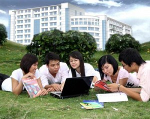 5 sv881 4001 300x238 Cô Hoàng Xuân Sính và trường Đại học Dân lập đầu tiên