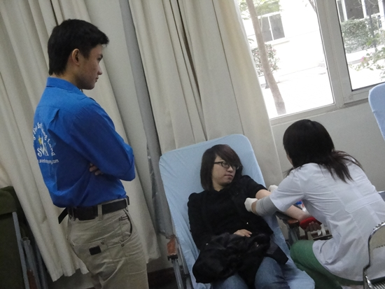 Trong quá trình hiến máu các bạn luôn có sự động viên từ phía các bạn SVTN cho....đỡ sợ ^^