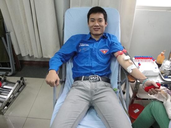 Một thí sinh I!M Thang Long đang là đội viên Đội SVTN cũng nhiệt tình hiến máu