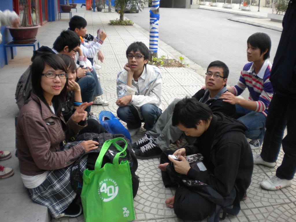 Các thành viên K Group trước cửa Bookshare