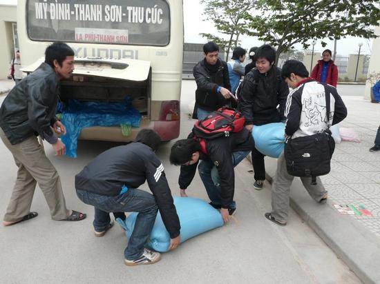 Bắt đầu chuyển gạo lên xe từ sân trường ĐH Thăng Long