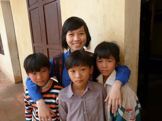 Bạn Nguyễn Tố Linh - Linh c2 - Thăng Long Idol 2009 - người đã tự tổ chức quyên góp được hơn 2 triệu đồng cho các em ở trường THCS Đồng Sơn