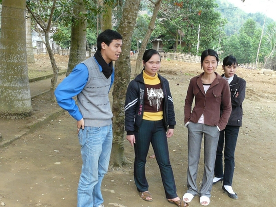 Anh Dương Văn Khoa - sinh viên toán tin K17 - Nguyên Đội trưởng Đội SVTN TL - người đã khởi xướng phong trào quên góp cho trường THCS Đồng Sơn - đang giao lưu với các giáo viên của trường