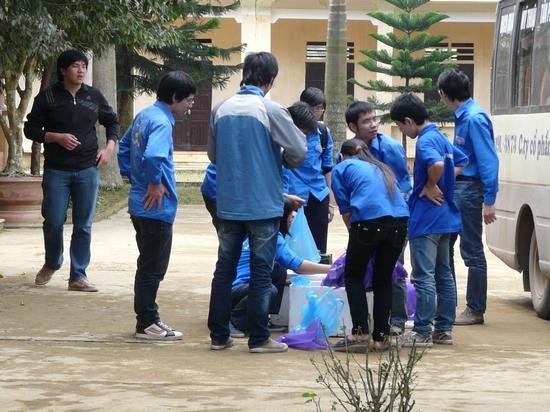 Chuẩn bị quà cho các em học sinh