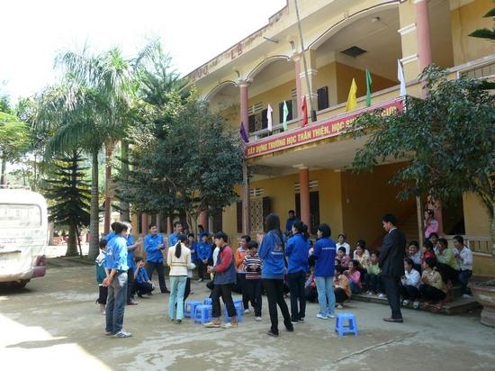Sau khi tặng quà cho các em, Đội SVTN TL tiếp tục tổ chức cho các em vui chơi