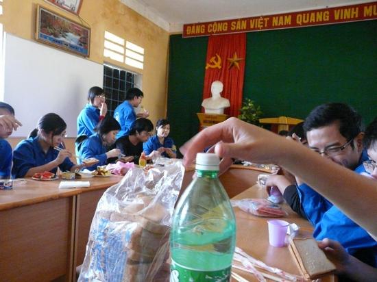 Bữa ăn trưa nhanh lúc 15h của Đội tại phòng họp của nhà trường