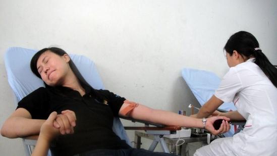 Bạn gái này là Phó bí thư Đoàn trường, nhưng có vẻ hơi nhát khi hiến máu! ^_^