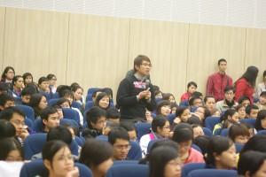 Sinh viên giao lưu với khách mời