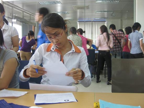 Hình ảnh sinh viên K23 làm thủ tục nhập học vào ĐH Thăng Long