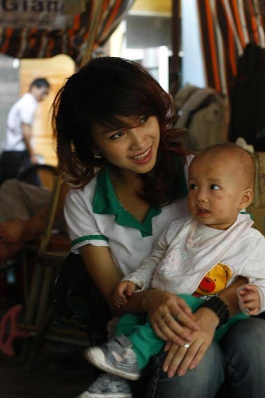 Kiều Trang chăm sóc em nhỏ