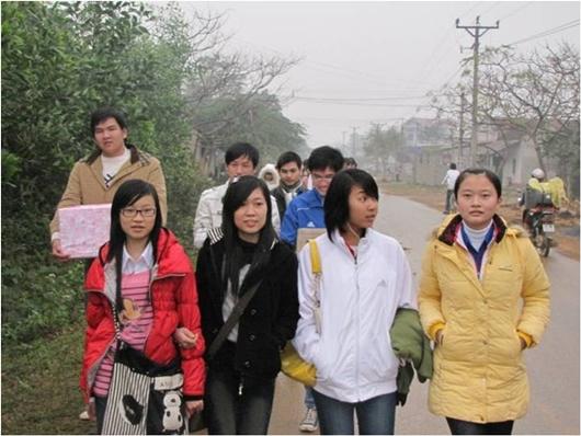 Các bạn SVTN phải đi bộ 2km từ đường cái vào đến TTBT vì cầu bị sụt