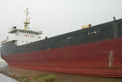 Taicuu221009 Tàu nghìn tấn mắc cạn đầu tiên được đưa về biển