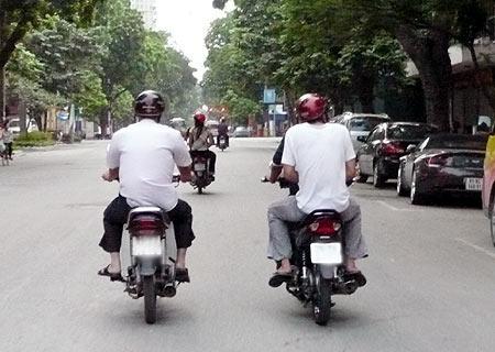 cai trang Cảnh sát Hà Nội cải trang săn xế học trò