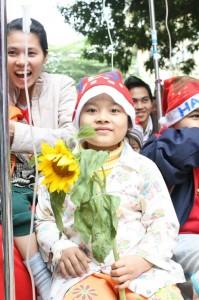 img 1002 199x300 Giáng sinh Hồng 2009 với các bé ở Viện K Tam Hiệp