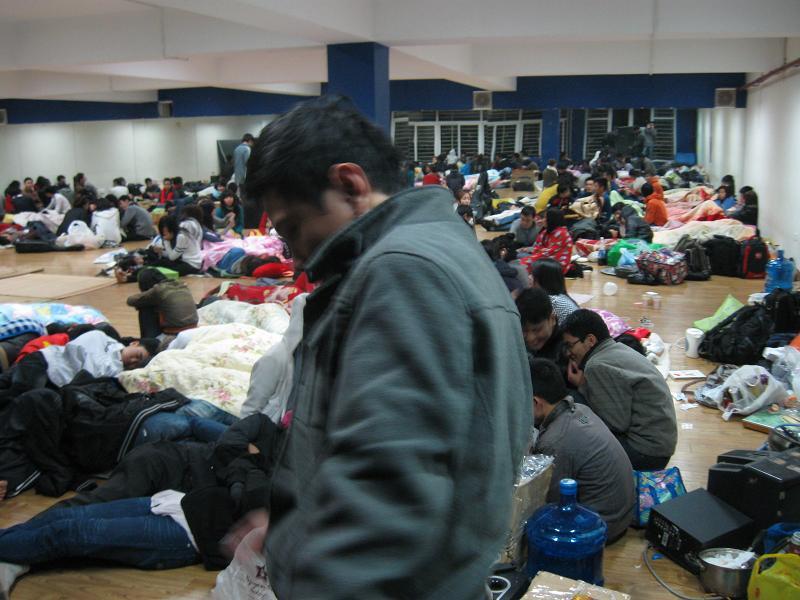 Nhà thể chất - Trại tị nạn của sv TL đêm 15-12